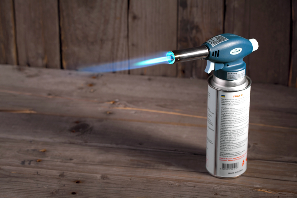 Любимый способ розжига углей среди профессионалов – использование газовой горелки для кальяна