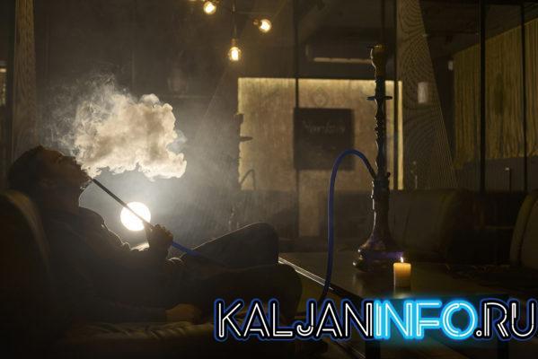 Втягивать табачный дым нужно медленно и глубоко, на весь объем легких, а затем – полностью выдыхать набранный дым.