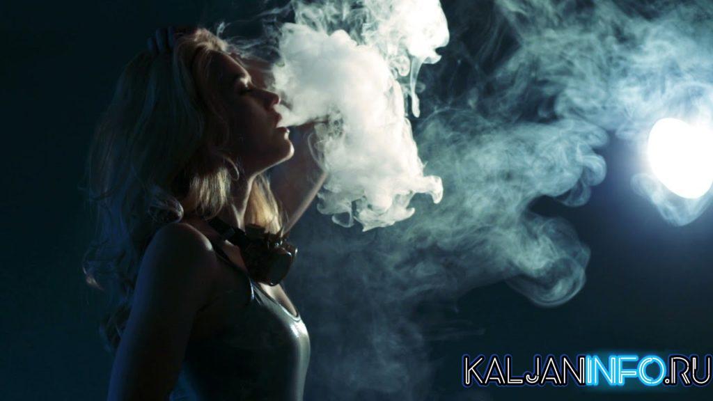 Девушка парит электронную сигарету