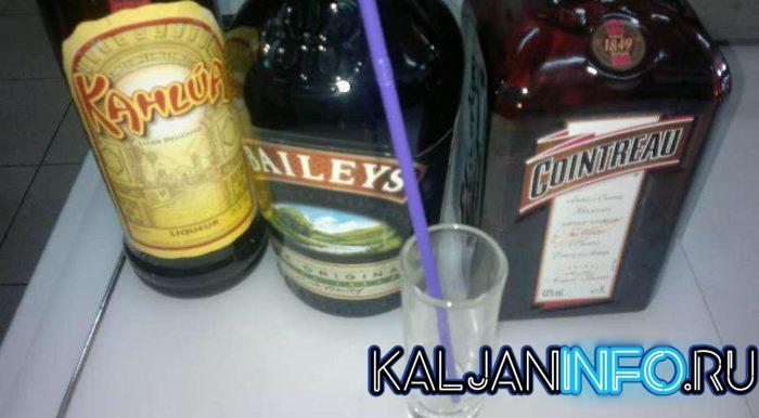 Несколько напитков на столе.