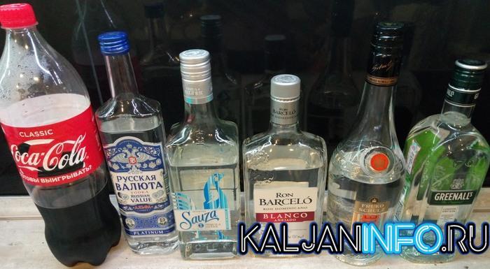 Бутылки разного алкоголя и колы.