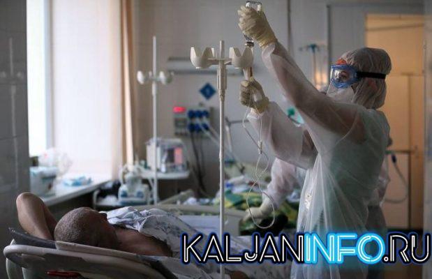 Врач лечит больного от коронавируса.