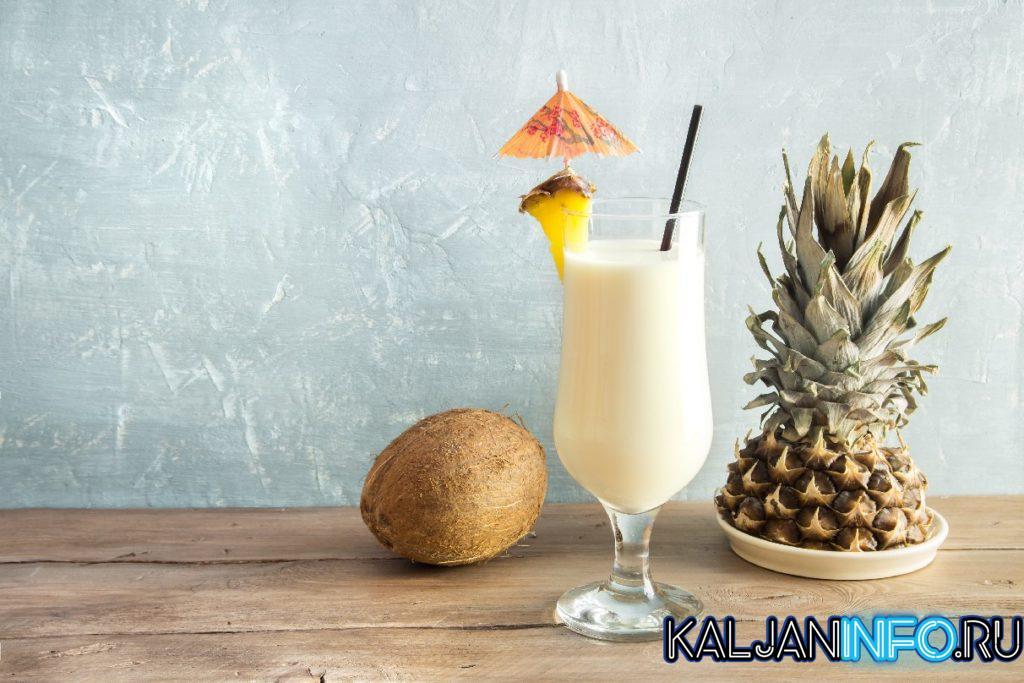 Коктейль с ананасом и кокосом.