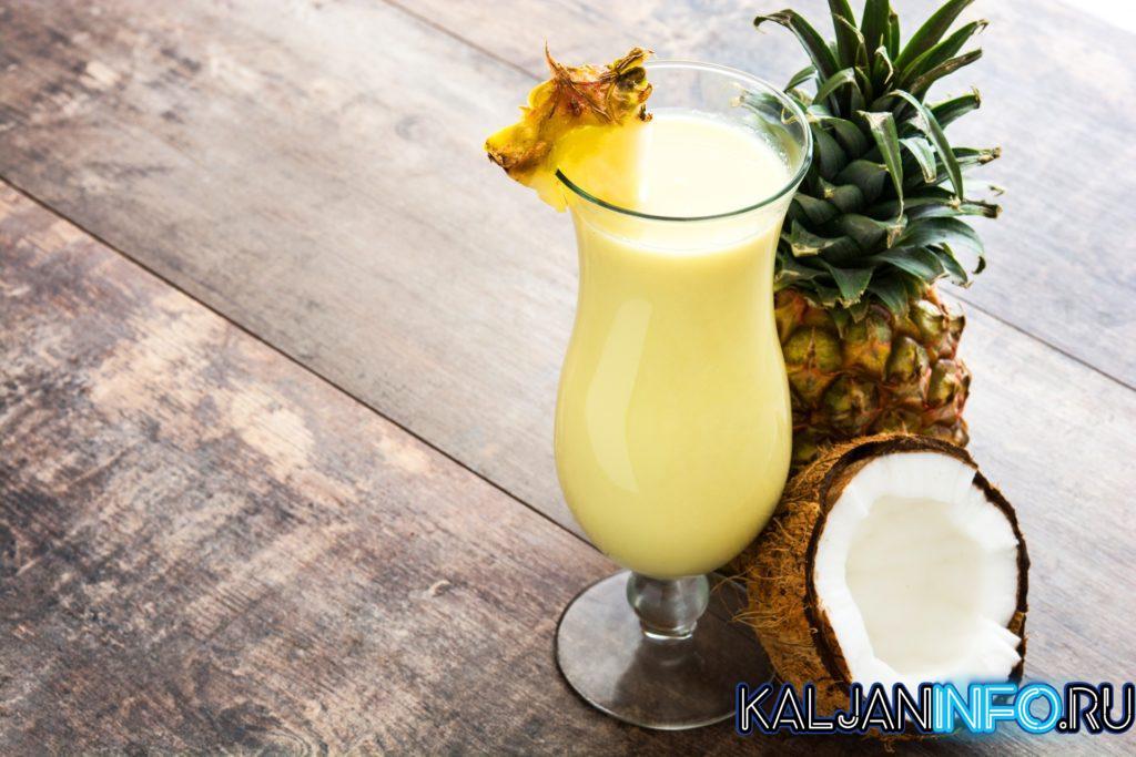 Коктейль Пина Колада с кокосом и ананасом.