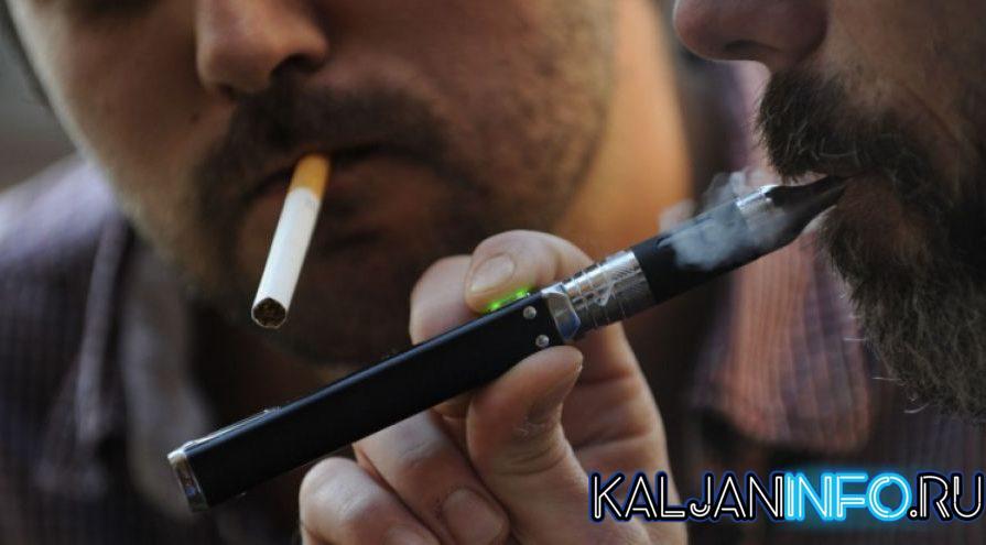 Один парень парит вейп, а другой курит сигарету