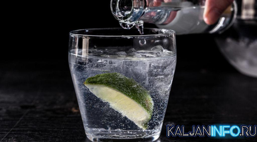 Приготовление коктейля джин тоник