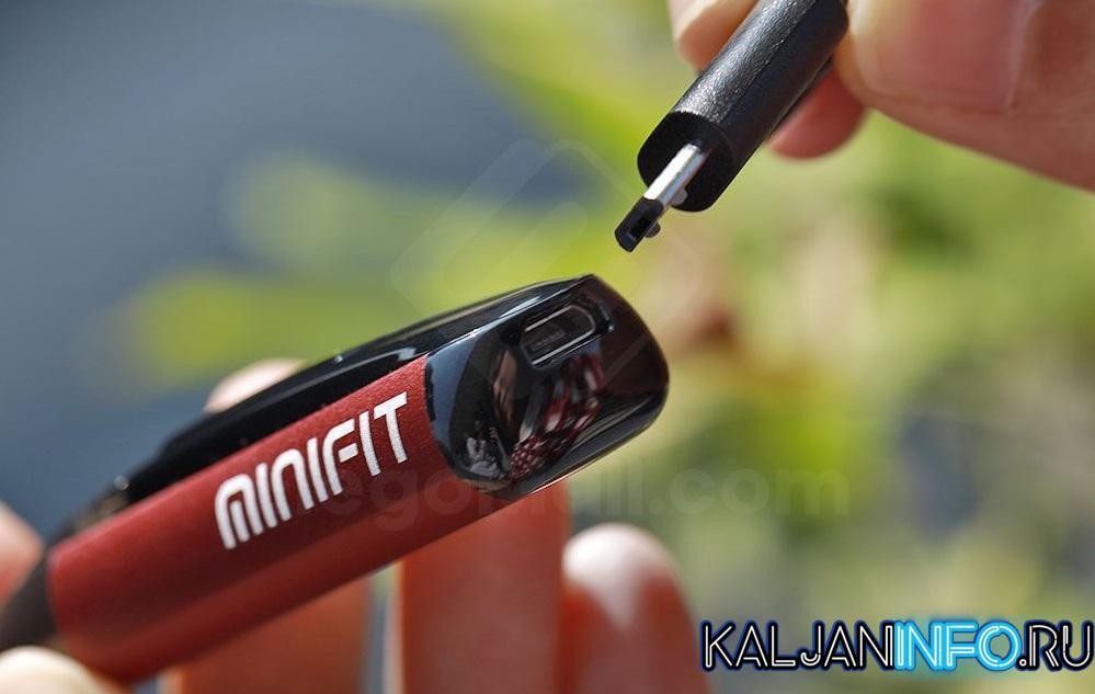 Человек ставит минифит на зарядку