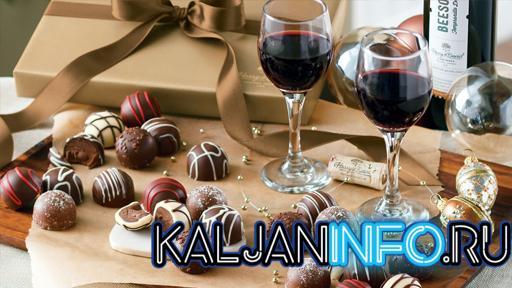 Десерты и бокал вина на столе