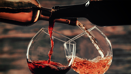 Кто то наливает вино в бокалы