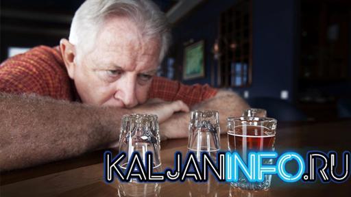 Пожилой мужчина пьет этанол
