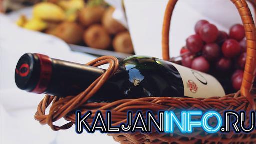 Вино в плетеной корзинке